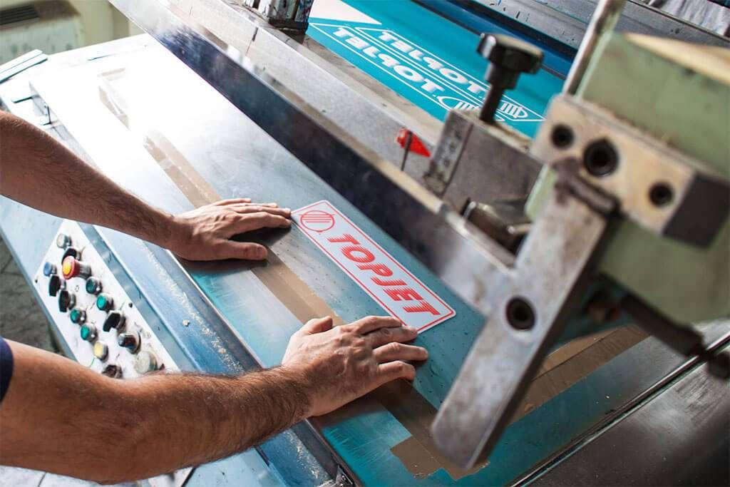 Cosa si può stampare in serigrafia: legno, plastica, carta e metallo